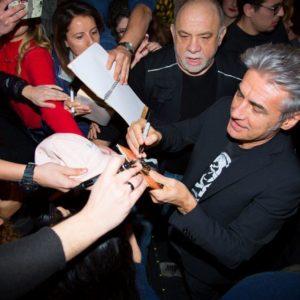 Luciano Ligabue mentre firma autografi (Ph. Marco Sommella)