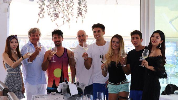 Gianni Indino con i fortunati vincitori del concorso Night Life in Romagna