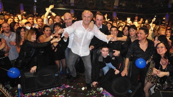 Gerry Calà durante un'esibizione nel locale La Capannina di Franceschi