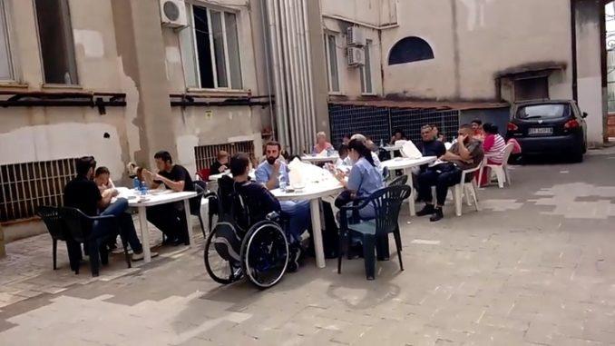 Catering di mensa improvvisata nel cortile dell'ospedale di Napoli San Gennaro - Fonte: Video Facebook pagina Francesco Emilio Borrelli