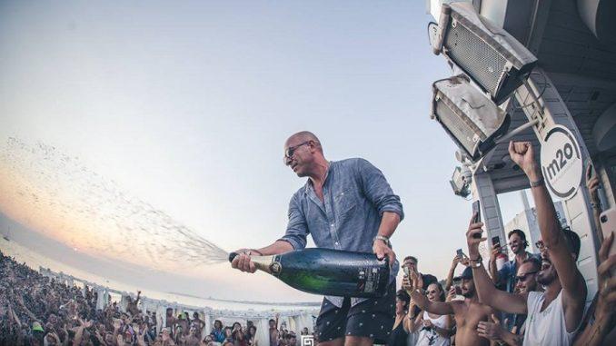 samsara beach gallipoli. David Cicchella durante uno dei famosi Beach Party con m2o al Samsara Beach Gallipoli